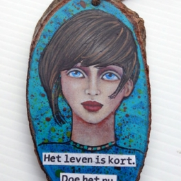 wooden pendant with Dutch quote